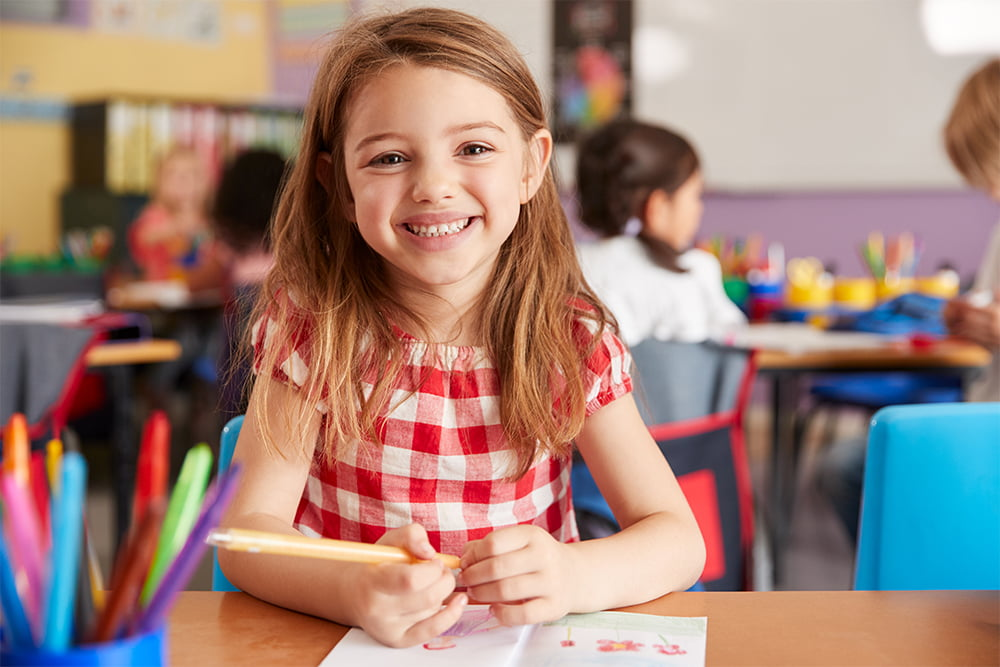 lindeman testi  0000 portrait of smiling female elementary school pupil WVG96AX